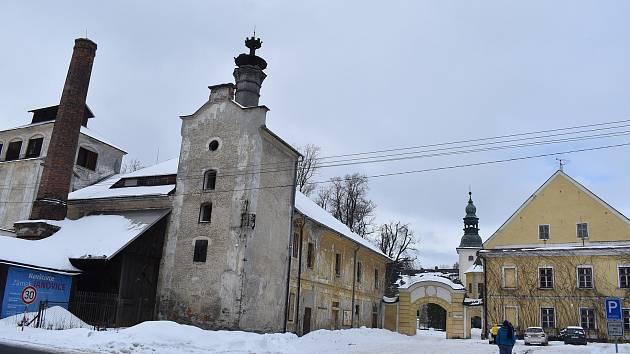 Původní majitelé zámku Janovice byli aristokrati a také podnikatelé. Zámecký  pivovar koupil Zdeněk Strnadel a usadil se zde i se svou trojjazyčnou rodinou.