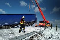 Vyprošťování kamionu na Bruntálsku, středa 5. února 2020.