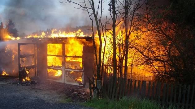 Přístřešek i s automobilem shořel v noci na pátek 24. května majiteli ze Staré Vsi u Rýmařova. Přístřešek stál u hlavního tahu z bruntálského regionu na Šumpersko.