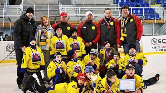 Krnovští hokejoví žáci druhých tříd se před svými fanoušky na domácím ledě předvedli a celý turnaj jasně ovládli.