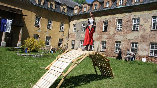 Členové Společenství severských pánů vyrobili několik vynálezů podle plánů Leonarda da Vinci. Návštěvníkům zámku v Hošťálkovech v sobotu 18. května vysvětlili, jak fungují.