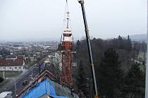 SANKTUSNÍKOVÁ VĚŽ se ve středu zase vrátila na střechu kostela sv. Benedikta v Krnově-Kostelci. Kromě měděného plechu, který se leskne do dálky, je velkou změnou také nová zlacená makovice. O tu původní kostel přišel asi před půlstoletím.