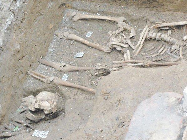 Kompletní kostry byly obklopené hromádkami lidských ostatků, které pochází ze starších pohřbů.