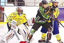 Okresní derby v krajské hokejové lize bylo ve znamení neustálého vylučování. Hosté z Horního Benešova byli sehranější, proto nasázeli Krnovu sedm gólů. Na snímku souboj před brankářem Jiřím Novákem.