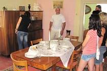 Také jste na návštěvě u babičky takto stolovali? Není vám soška koně na kredenci nějak povědomá? Retro muzeum v Úvalně bude návštěvníkům během prázdnin k dispozici o víkendech a státních svátcích.
