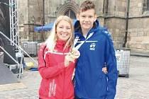 Úspěšný plavec Roman Procházka společně s paní učitelkou Soňou Jurkovou, která byla vyslána za Moravskoslezský kraj do Plzně jako trenérka cyklistů a samozřejmě tam Romana podporovala a fandila.