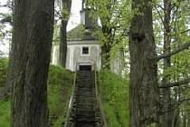 Lesní kaple se nachází na Kapličkovém vrchu nad středem obce Malá Morávka.