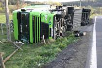 Kamion skončil převrácený v příkopě.