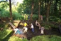 Pomáhají dobrovolníci. Nadšení obyvatelům a chatařům ze Stránského nechybí, sami se přičiňují o obnovení rybníčku a studánky.