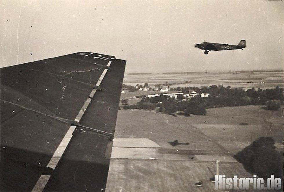 NĚMEČTÍ LETCI nad Bruntálemv roce 1938.Nad Bruntál přiletěla letadla Luftwaffe ze Sorau, dnešního polského sídla Žary.
