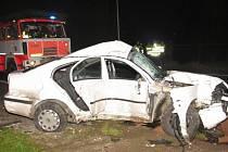 Pronásledovaný vůz řidič neukočíroval, dostal smyk, vyjel ze silnice a při tom přišel o život.