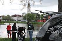 Bruntálský rybník se stal ve středu dějištěm lidské tragédie. Policejní potápěči na břeh vytáhli tělo padesátiletého muže. Příčinu jeho smrti určí teprve soudní pitva.