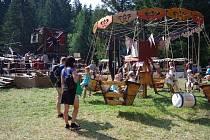 Jesenické lesy vokolí Vrbna pod Pradědem a Rejvízu na dva prázdninové dny výrazně ožili. Lesní slavnosti Lapků zDrakova přilákaly o víkendu tisíce návštěvníků.