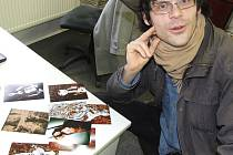 Josef Polášek z Bruntálu nad grafikami invekto vlastní produkce, s nimiž se hodlá prezentovat v listopadu v městském divadle.