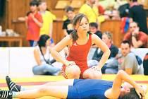 Stříbrná krnovská zápasnická naděje Anna Michalcová po jednom z vítězných utkání se soupeřkou z Chrastavy, která porážku nesla velice těžce.
