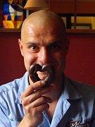 Čokoládové srdíčko třímat v pátek 14. února hudebník Jindra Holubec nebude. Spíše se připravte na to, že na Valentýna bude na netradiční akci v Rýmařově čpět česnekem.