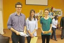 Studenti krnovského gymnázia Sebastian Schupke ze 4.B, Bernadeta Pavlíková z oktávy a Jan Matýsek rovněž ze 4.B převzali za své výborné reprezentování školy a aktivní přístup ke studiu Cenu Dr. Langschura za rok 2012.