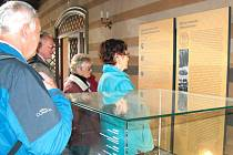 Krnovští senioři si v úterý se zájmem prohlédli místní opravenou synagogu.