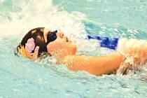 Bruntálské plavecké naděje si vedly v Opavě velmi dobře. Na snímku Tereza Dendisová plave 50 metrů znak.