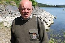 Za den zkontroluje Václav Samek u Slezské Harty asi dvacítku rybářů a pár z nich platnou povolenku k rybolovu nemá.