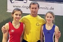 Krnovské zápasnice si na turnaji v německém Chemnitzu vedly výtečně. Zleva Anna Michalcová, trenér Zdeněk Drmola a Pavla Tkadlecová.