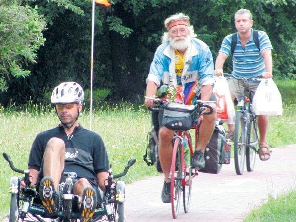 Zdeněk Novotný má na tomto snímku před sebou posledních deset metrů do cíle. Za sebou má cestu dlouhou 12725kilometrů a také 94dní samoty při dobrodružném putování na kole kolem Evropy.