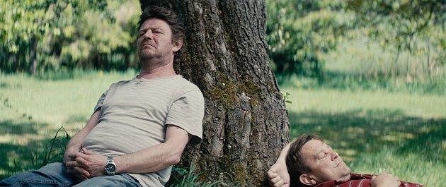 Film Cukr a sůl se natáčel na samotě Lač poblíž Hynčic. Po boku Leoše Nohy vhlavní roli se objeví také krnovští herci. Film natočil režisér Adam Martinec a kameraman David Hofmann. Oba rovněž pochází zKrnova.