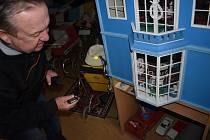 Na panenky se zákaz setkávání nevztahuje, takže si v muzeu Hany a Zdeňka Břicháčkových užily bezvadné retro Vánoce.