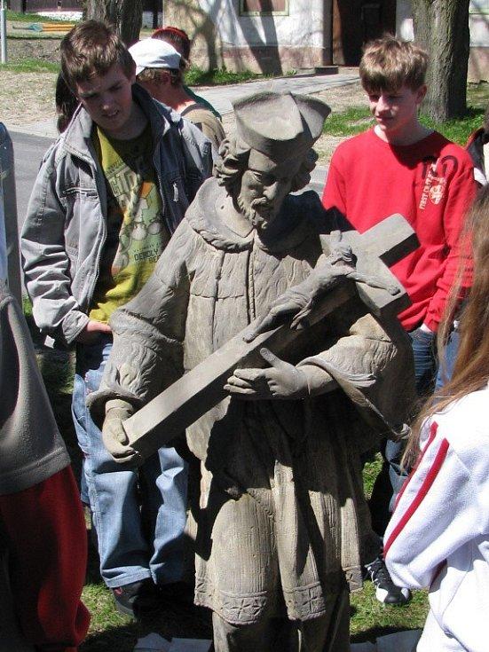 Více než hodinu trvalo, než se restaurátorům podařilo umístit opravenou sochu svatého Jana Nepomuka zpět na podstavec.