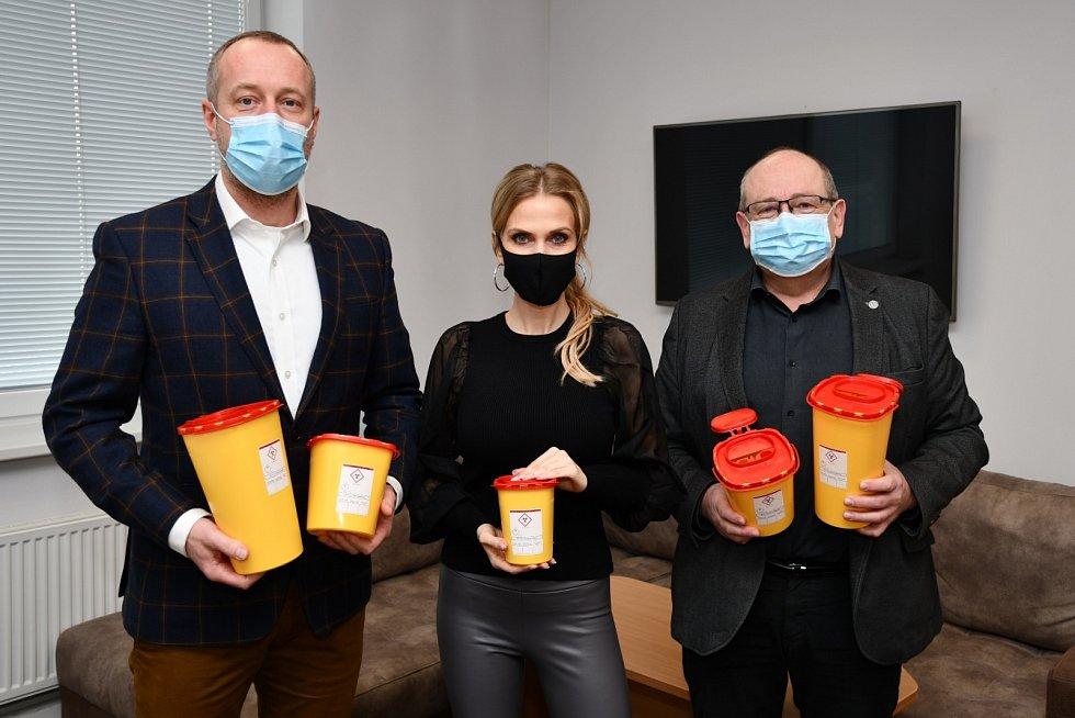 Generální ředitel Alfa Plastik Mgr. Tomáš Jursa přivezl sbruntálskou rodačkou a modelkou Michaelou Ochotskou do krnovské nemocnice dar vpodobě 500 kusů zdravotnických nádob.