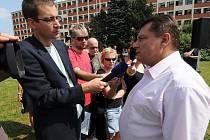 S vedením a se zaměstnanci společnosti ArcelorMittal se v úterý 18. srpna setkal předseda ČSSD Jiří Paroubek, moravskoslezský lídr sociálních demokratů do parlamentních voleb Lubomír Zaorálek a hejtman Jaroslav Palas.