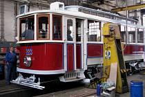 Deset měsíců usilovné práce věnovali zaměstnanci Krnovských opraven a strojíren tomu, aby kompletně zrestaurovali a zprovoznili historickou tramvaj. Již příští týden se v tomto skvostu budou vozit Olomoučané.