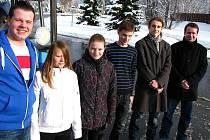 VÝPRAVA DO BLUDIŠTĚ. Zleva Viki Čermáková, Lucka Treimerová, Vojta Matuš a Vojen Sadílek s pedagogy Davidem Čechem a Jaromírem Vančou.