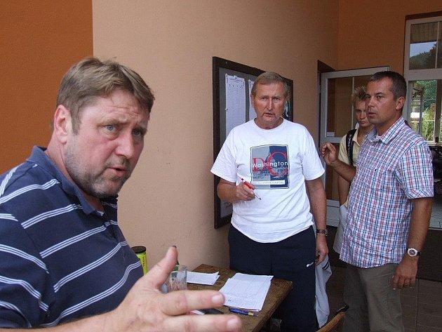Vrbenský tenis je neodmyslitelně spojen s předsedou klubu Zdeňkem Valentou (vlevo) a bývalým předsedou Svatoplukem Vrbou (uprostřed).