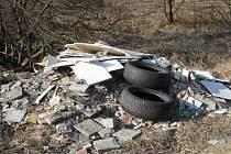 Na třech různých místech bruntálského katastru se někdo necitlivě zbavil nepotřebné suti, ale i vysloužilého automobilu. Vlevo plechové torzo z Kunova.