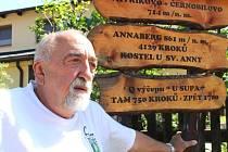 Dušan Vavřík a směrová tabulka, která turisty dovede od jeho domku v Andělské Hoře na Annaberg nebo i do hospůdky.