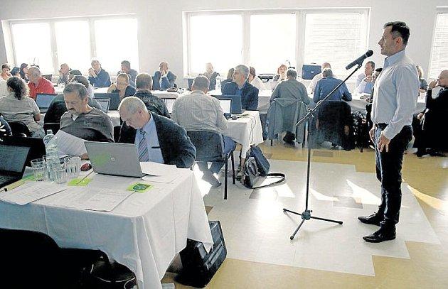 Investor Patrik Němec (vpravo umikrofonu) představil svůj záměr krnovským zastupitelům.