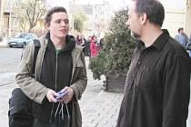 Krnovské Kino Mír 70 už promítlo Kleinovy filmy Svatokrádež, Retriever a Posedlí. Na snímku je Tomáš Klein s vedoucím kina Pavlem Tomeškem.