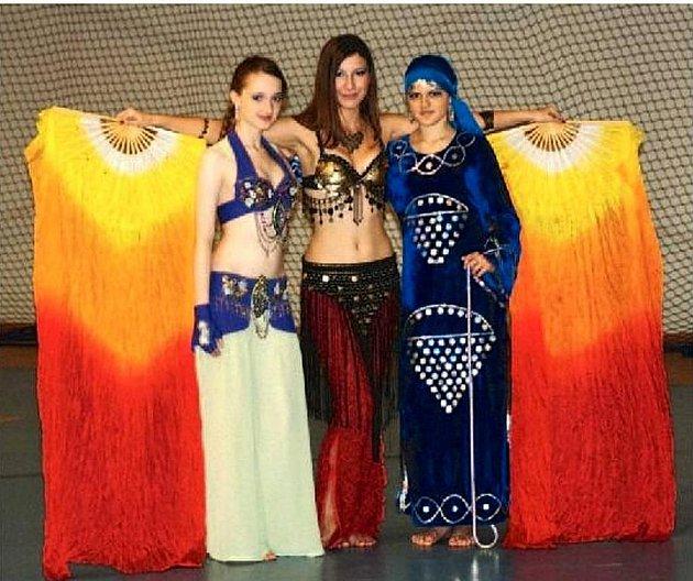 ORIENTÁLNÍ tanečnice z Krnova se na Mistrovství světa v Kaliningradu umístily v první dvacítce. Nejlepší 10. místo vybojovala Klára Čermáková (uprostřed) v kategorii Belly Show Adults.