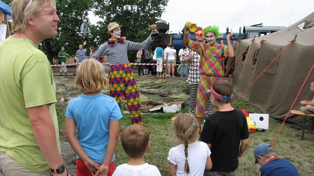 Ve Slezských Rudoticích si diváci užili dostatek zábavy přímo na nádraží. Zaujala vystoupení klaunů, muzikantů s prvorepublikovými písněmi i kouzelníka s kartami. Lákala i cukrová vata, štrůdl či gulášek.