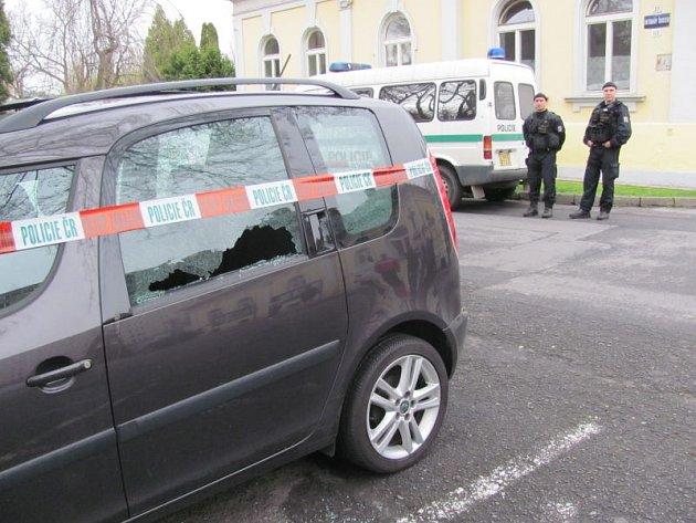 V úterý brzy ráno někdo v Krnově střílel na auta parkující v Hřbitovní ulici.