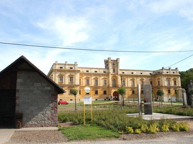Celá desetiletí byl zámek ve Slezských Rudolticích sklad zdravotnického materiálu. Pak se až do parlamentu přenesl boj mezi obcí a ministerstvem zdravotnictví, které se ho pokusilo prodat. Dnes je majetkem obce a stává se z něj významné kulturní centrum.