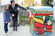 Bibliobox před krnovskou knihovnou si společně prohlédly starostka Jana Koukolová Petrová a holčička Elenka, která je autorkou vítězného návrhu na jeho design.