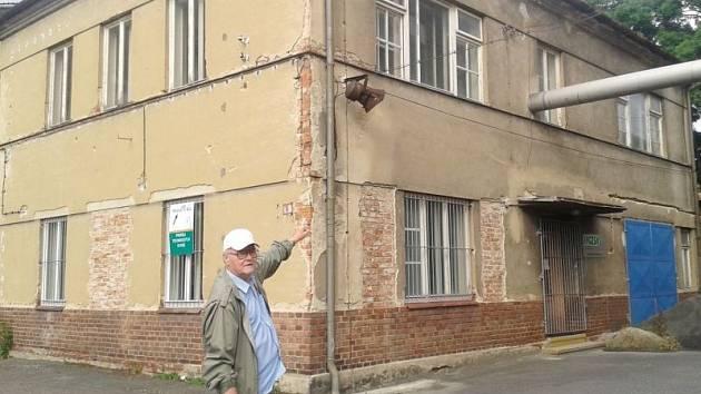 Herbert Palička před budovou Karnoly, která se během natáčení Housat před pětatřiceti lety proměnila na školu i šatny. Vrchní patro proměnili filmaři na třídu učnic textilní výroby. Přízemí sloužilo jako šatna a umývárna.