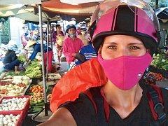 Na motorce Vietnamci vjedou i do úzkých uliček pouličního tržiště.