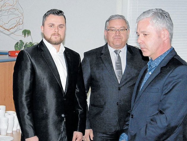 Noví zastupitelé Libor Nowak (ODS) a Miroslav Pella (ANO) složili slib ve středu 29. března. Mezi prvními novým kolegům gratuloval místostarosta Jan Krkoška.