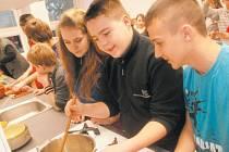 V nové kuchyni na Základní škole Žižkova v Krnově probíhaly v minulých měsících společné česko-polské hodiny vaření. Na závěr projektu došlo k vydání společné česko-polské kuchařky Vaříme společně Gotujeme razem s osmnácti nejlepšími recepty.