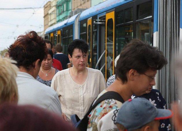 Přestupte, prosím. Z tramvaje na autobus, z autobusu na tramvaj. Lidé, kteří v tomto týdnu cestují do centra Ostravy, si musejí zvyknout na komplikace s přestupováním.