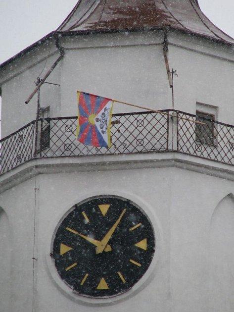 Tibetská vlajka se podruhé objevila na věži krnovského kostela svatého Martina.