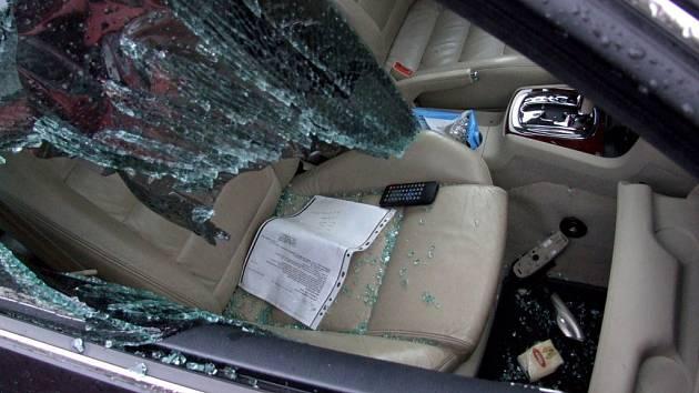 Při ničení auta si mladík počínal jako šílený